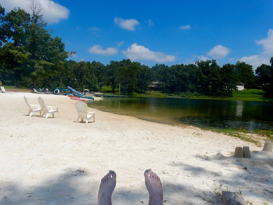 Horseshoe Bend, AR: lake front -- they call it a beach -- this is not a beach but it is sand
