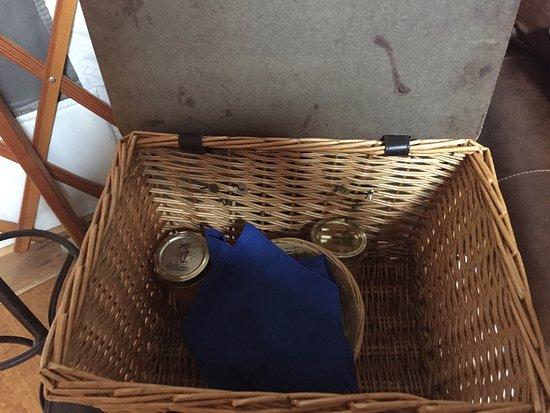 Frostburg, Μέριλαντ: morning picnic basket with muffins and OJ