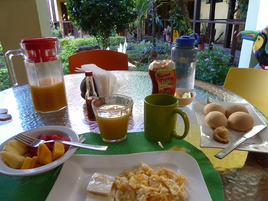 La Casa de las Flores Hotel: Filling breakfast with delicious fruit!