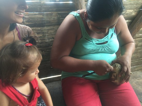 Manzanillo, Costa Rica: Friendly Wasti showing us how she carves the bottles