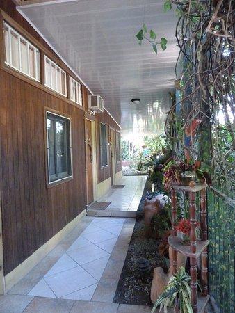 Cabinas Jimenez: Walkway to my room
