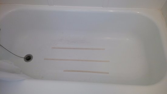 Grand Forks, Canadá: Tub had not been properly cleaned at check-in.