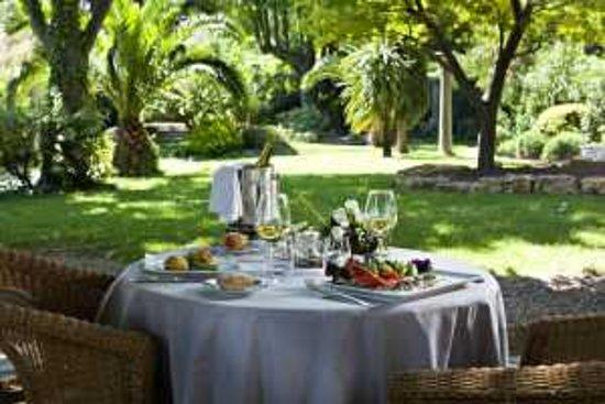 Restaurant restaurant le m rier dans villeneuve les for Restaurant dans un jardin