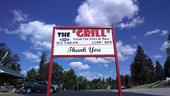 Kinmount, Canadá: The roadside sign for the Grill