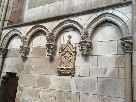 Auxerre, France : В соборе Сент-Этьенн