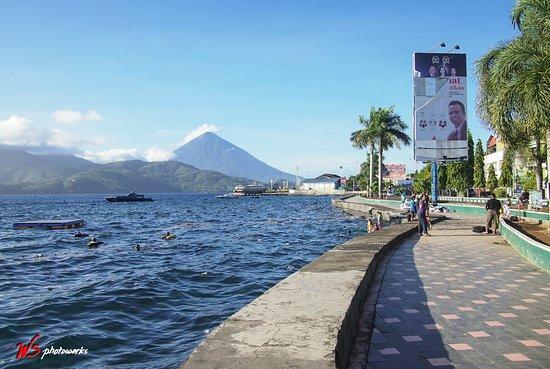 Ternate, إندونيسيا: Dermaga dan pelabuhan Ternate di sebelah Falajawa
