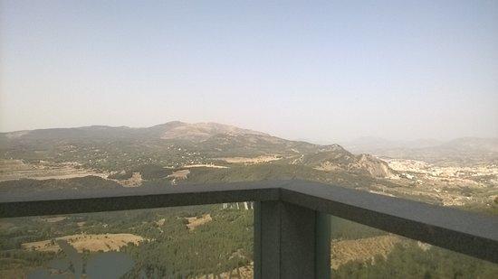 Font Roja : vue , panoramique exellente sur alcoi c'est joli mais haut et chaud , ici dessu la passerelle qu