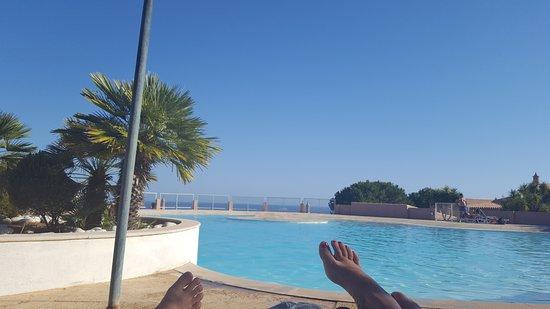 Porto Dona Maria Resort: La piscina y al fondo el mar