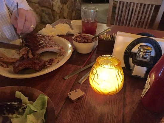 Sonoita, AZ: Good pork ribs and beans in nice rustic ambience.