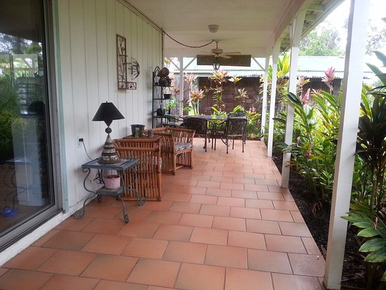 Lava Tree Tropic Inn: External diining area