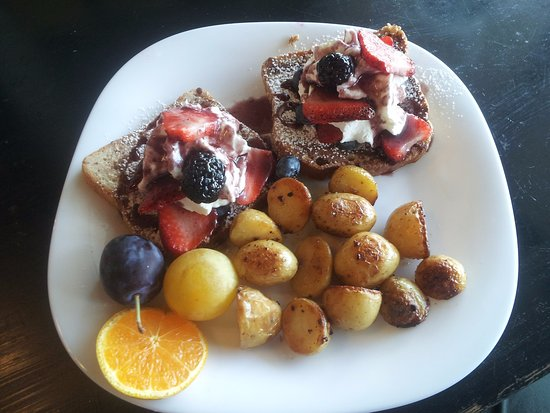 Strathmore, Канада: Fruit fusion french toast with hasbrowns. Gluten free version shown.
