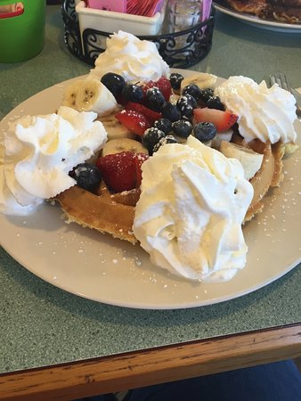 Exeter, Nueva Hampshire: waffle. strawberries,bananas,blueberries and whipped cream