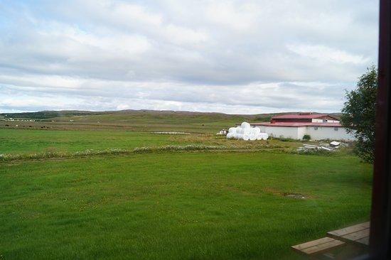 Nes: vista dalla camera, sullo sfondo uan delle strutture del complesso (ci sono più edifici)