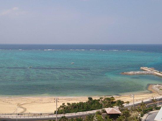 Kafuu Resort Fuchaku Condo Hotel: ホテル前のビーチ