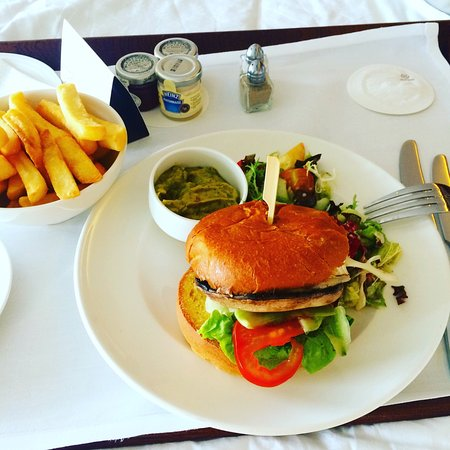 Sheraton Grand Hotel & Spa: Portobello mushroom burger (vegetarian) , guacamole, chips and salad
