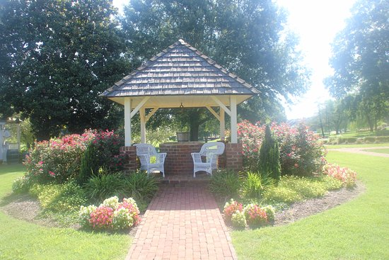The Historic Powhatan Resort : Gazebo near the coffee shop and historic house