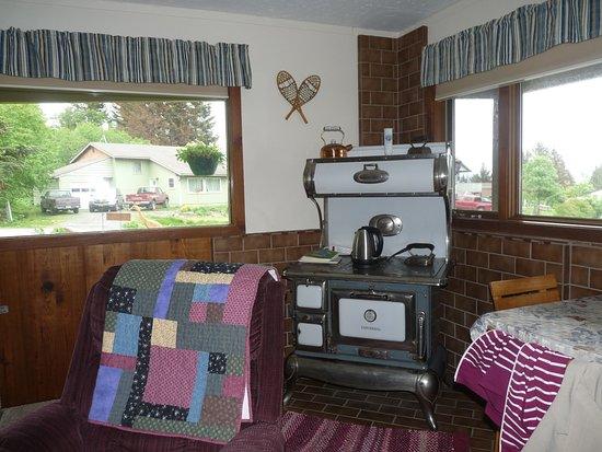 Paula's Place B&B: Wohnzimmer mit dekorativen alten Herd