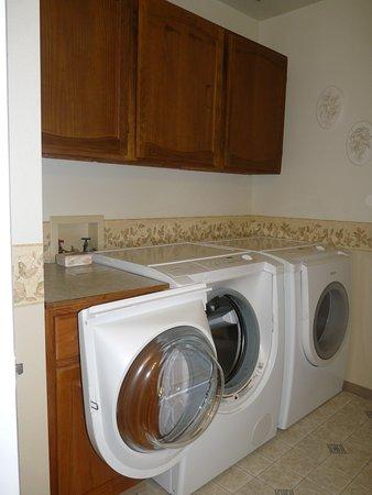Paula's Place B&B: Waschmaschine und Trockner im Bad