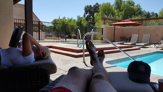 Ojai, Kalifornia: Reading a book in a padded chair, out of the sun in the covered patio.