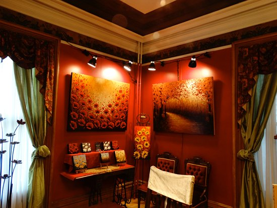Windsor, Canada: Dining room with artwork on show and for sale