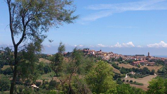 San Costanzo, Italia: Uitzicht vanaf camping op Mondolfo en kust