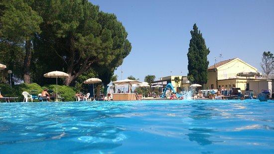San Costanzo, Italia: Zwembad waar badmeester voor je het ligbed op gewenste plaats zet.