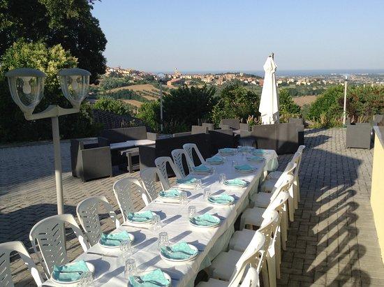 San Costanzo, Italien: Terras van het restaurant waar ook plaatselijke bevolking (graag) komt eten