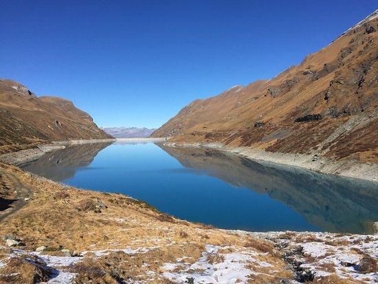 Grimentz, Suíça: Lac de Moiry, couleur d'automne.