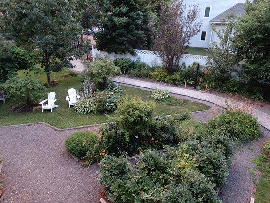 Cranford Inn: Graden from shared balcony area - Amethyst room