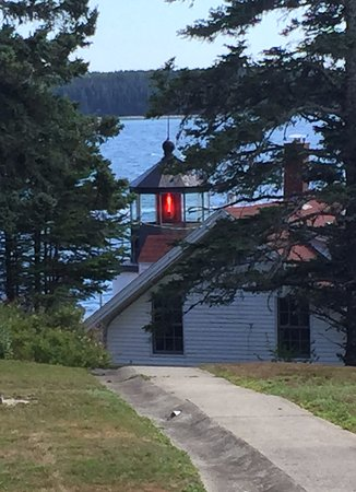 Bass Harbor, Μέιν: A picture of the top of the lighthouse from the back side.