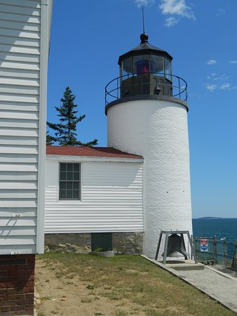 Bass Harbor, Μέιν: the lighthouse from the back with the historic bell