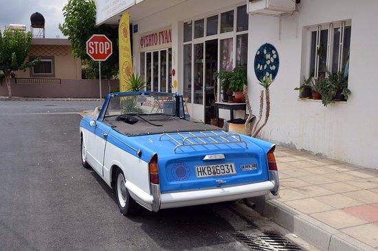 Anogia, Grecia: Triumph Herald near entrance