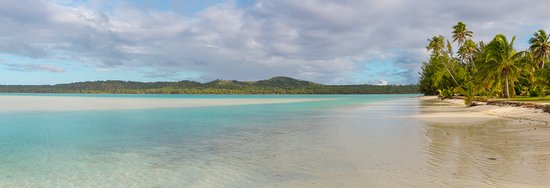 Aitutaki Village: Beach outside hotel…