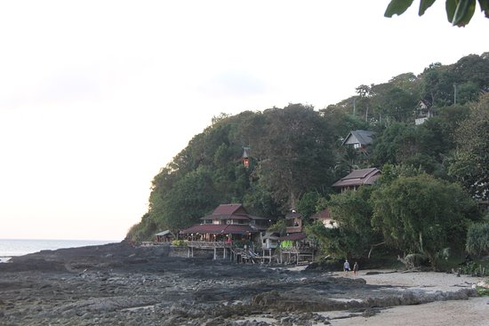 Bamboo Bay Resort: View of the bar/restaurant from the beach