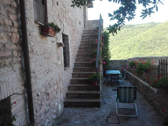 Macerino, Italien: Terrazzino alla base della scalinata che porta all'appartamento