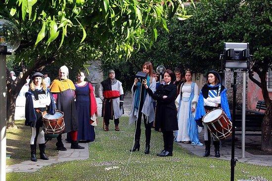 Lavagna, Italy: Registrazione di una nota trasmissione culturale nel giardino della torre, con figuranti in cost