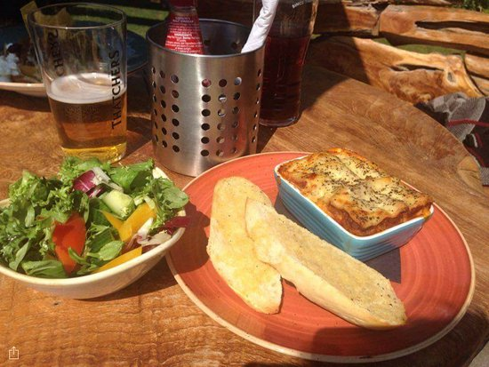 Berkswell, UK: Lasagne and garlic bread