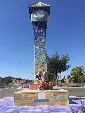 Solvang, Californië: The clock tower just outside of the park - Beautiful tile work!