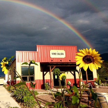 Vino Salida Wine Cellars: 15 mins of rain before going outside and enjoying a glass of vino under a stunning double rainbo