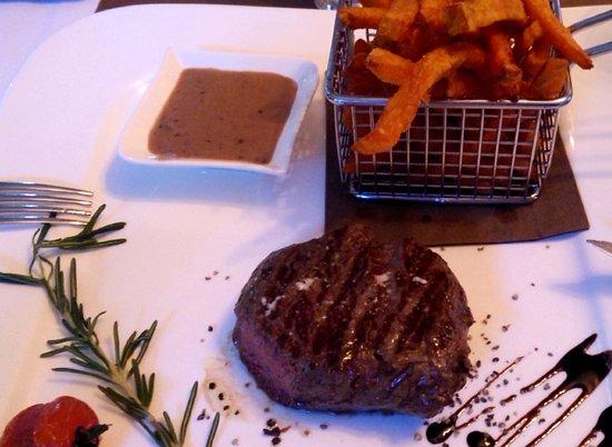 Adendorf, Alemania: Ein 200g Black Angus Steak mit Pfeffersauce und Fries von Süßkartoffeln.