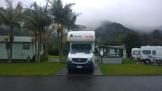 Whangarei TOP 10 Holiday Park: early morning view of parahaki, looks cold, but it was a lovely calming morning.