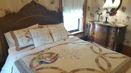 Wisconsin Rapids, WI: The Chickadee Room Queen Sleigh Bed shared bath