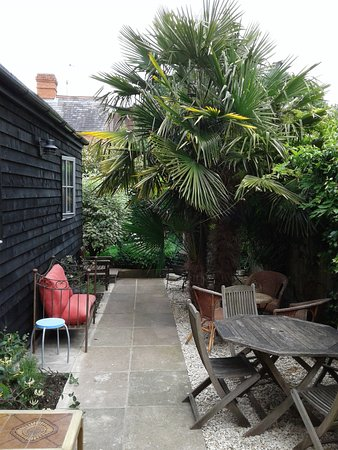 Browns : Enjoy lovely, peaceful dining in the garden