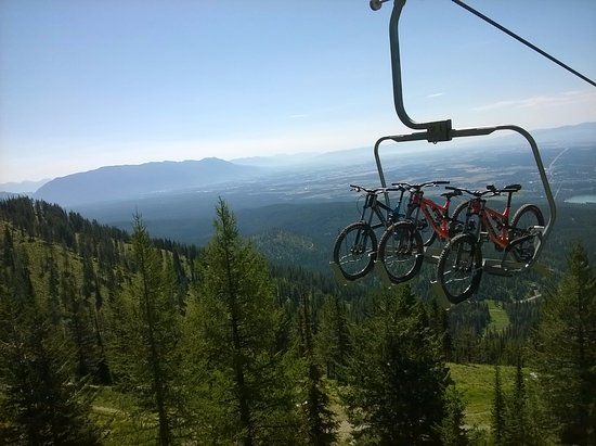 Whitefish Mountain Resort: Bikes getting a ride up the llift