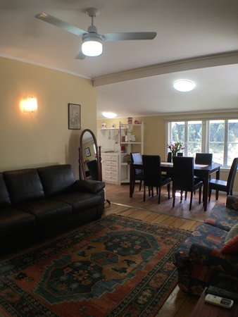 Tallebudgera, ออสเตรเลีย: Historical Settlers Cottage Lounge Area (Queen Sofa Bed)