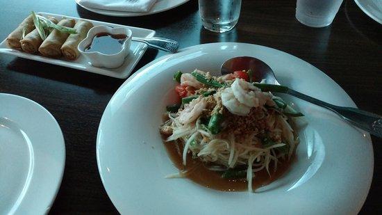Mango Thai Cusine & Bar: Spring roll and papaya salad