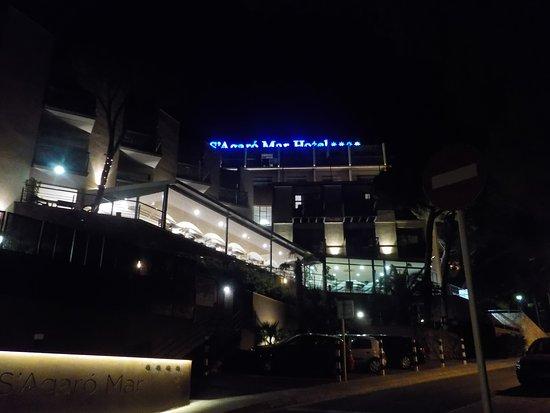 Hotel GHT S'Agaro Mar Hotel: Fachada del hotel de noche