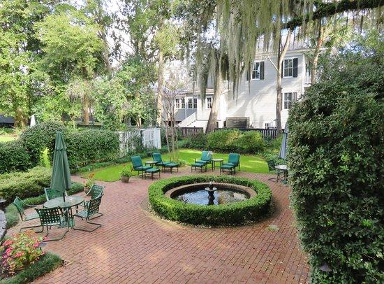 The Rhett House Inn: Garden area