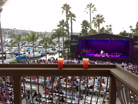 Humphreys Half Moon Inn & Suites: Balcony overlooking concert venue and bay. Fireworks exploded in the distance during the concert