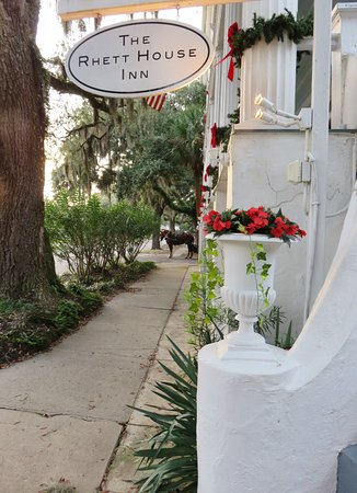 The Rhett House Inn: Next to the front entry - hotel is along the horse-carriage tour route